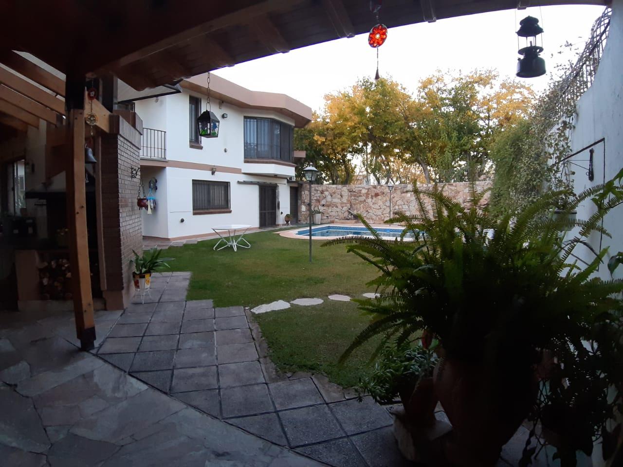 Casa CALLE GUTIERREZ a metros de LAS CAÑAS, Dorrego – 4 Habitaciones – Pileta – Churrasquera – Cochera Múltiple