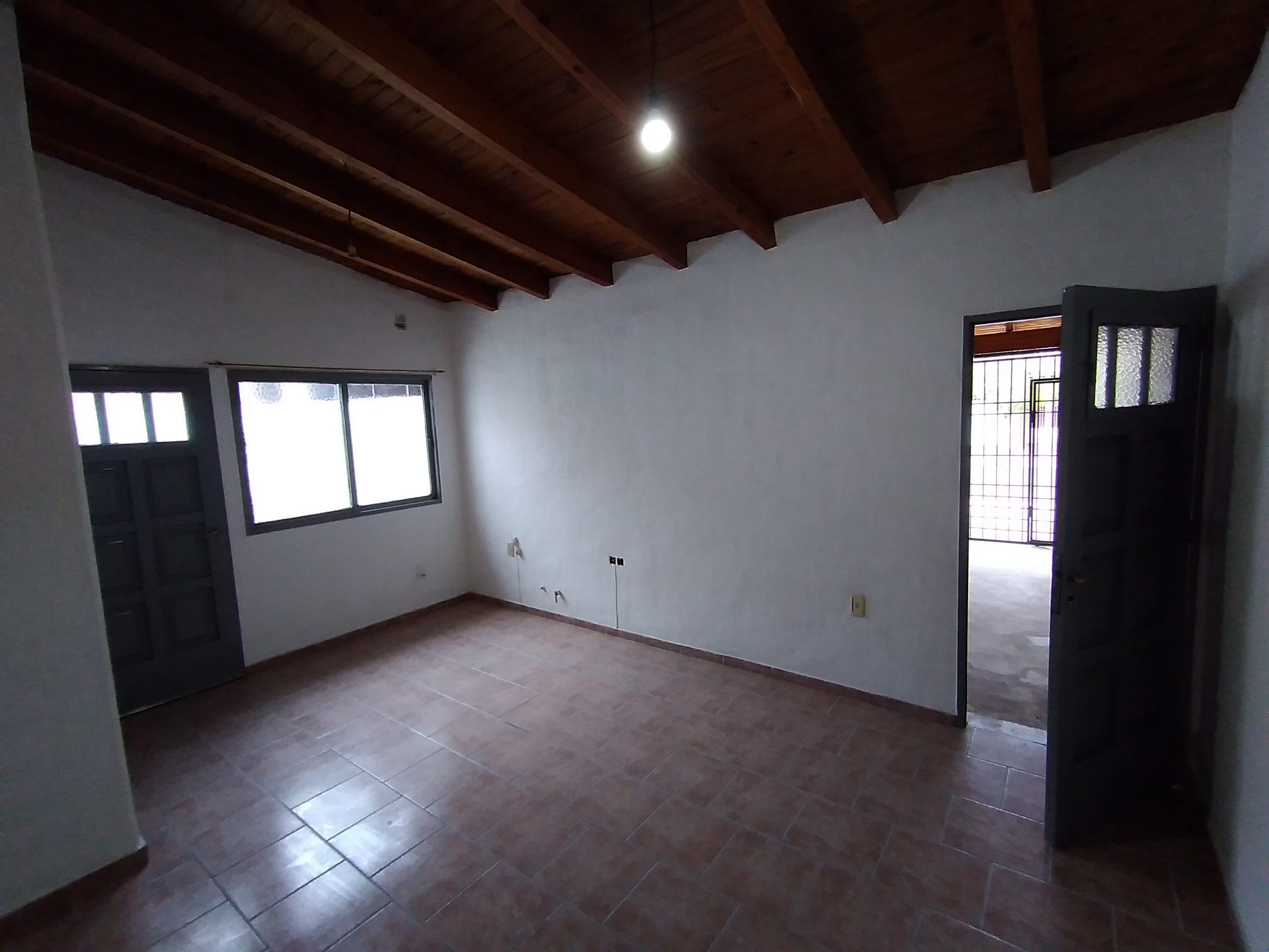 Casa Paroissien y Lavalle, Gllén – 2 Habitaciones + Escritorio – COCHERA Cerrada.-